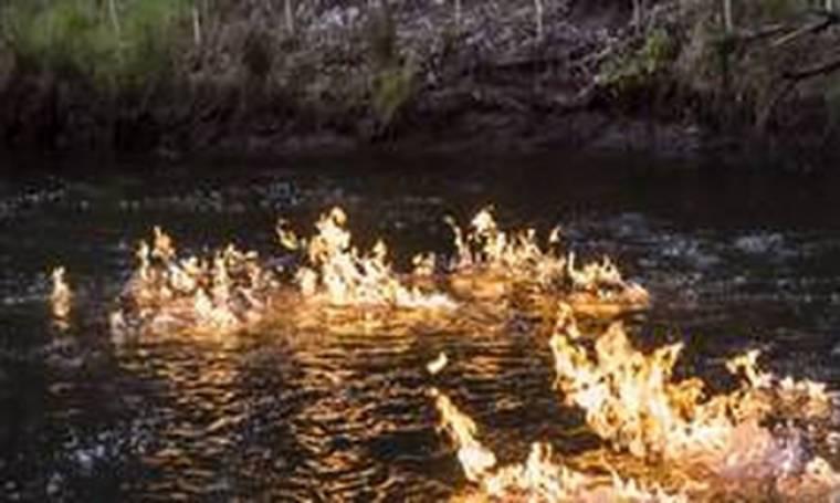 Το ποτάμι... τυλίχθηκε στις φλόγες
