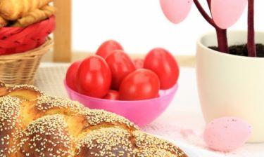 Λαμπάδες, τσουρέκια, αβγά και αρνί στη σούβλα: Πως καθιερώθηκαν τα έθιμα του Πάσχα;