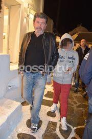 Γιάννης Λάτσιος: Πάσχα με τον γιο του στη Μύκονο - Οι βόλτες τους στα σοκάκια του νησιού