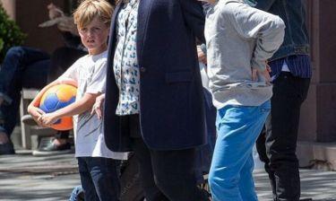 Βόλτα με τα παιδιά της απολαμβάνει γνωστή ηθοποιός που περιμένει το τρίτο της παιδί