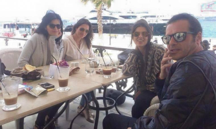 Μάριος Αθανασίου: Στις Σπέτσες με την σύντροφό του και φίλους τους (φωτο)