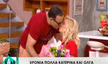 Κατερίνα Καραβάτου: Η επιστροφή στα πλατό, το φιλί από τον Κρατερό και η ανθοδέσμη