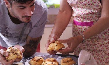 Ημέρα της μητέρας: Ο Άκης Πετρετζίκης μαγειρεύει με τη μαμά του!