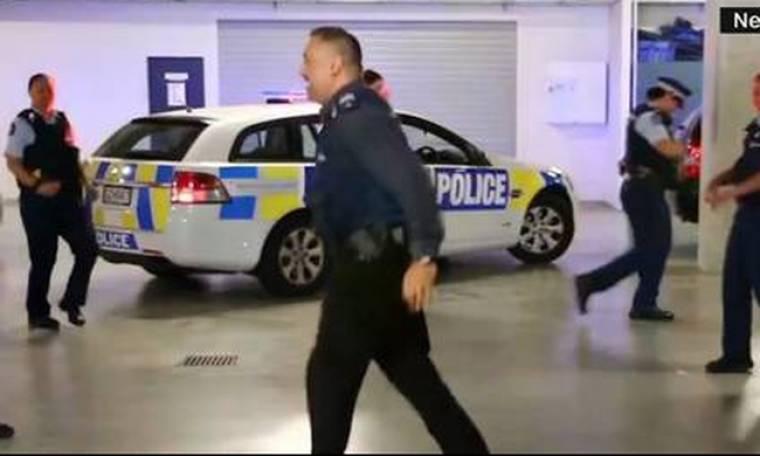 Ο χορός των αστυνομικών που «έριξε» τα social media
