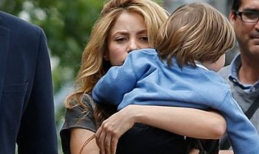Shakira: Σέξι εμφάνιση με skinny jeans μαζί με τον μικρό γιο της