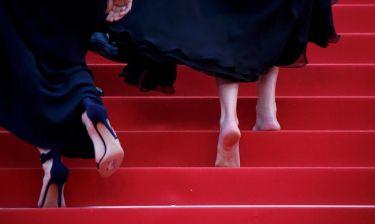 Κάννες 2016: Περπάτησε ξυπόλητη στο κόκκινο χαλί