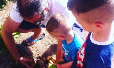 Γρηγόρης Γκουντάρας: Μάζεψε πατάτες με τους γιους του από το μποστάνι