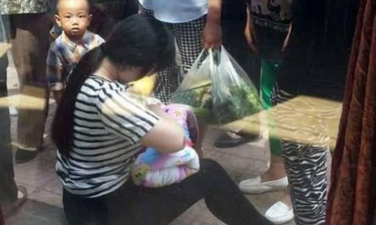 Η πράξη της συγκίνησε το διαδίκτυο: Νεαρή κοπέλα θηλάζει ένα εγκαταλελειμμένο μωρό (βίντεο)