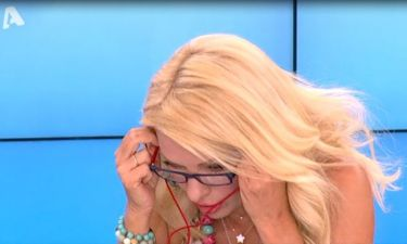 Η Ελένη Μενεγάκη φόρεσε γυαλιά πρεσβυωπίας on air