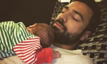 Ανδρέας Γεωργίου: Το νεογέννητο κοιμάται στην αγκαλίτσα του