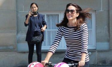 Μα πόσο την αντιγράφει; Κι όμως η διάσημη της φωτογραφίας δεν είναι η Kate Middleton