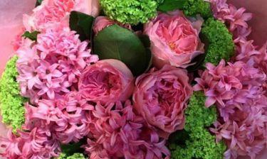 Ελληνίδα παρουσιάστρια έχει σήμερα τη γιορτή της και γέμισε το σπίτι της λουλούδια και η αγκαλιά της