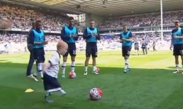 Συγκινητικό! Παιδί με πρόσθετα μέλη έπαιξε ποδόσφαιρο! (videο)