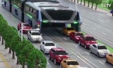 Δείτε το νέο λεωφορείο που περνά πάνω από τα αυτοκίνητα (vid)