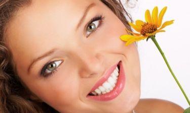 Λευκά δόντια: Έξι φυσικοί τρόποι για να το πετύχεις