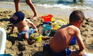 Ζευγάρι παρουσιαστών στην παραλία με τους γιου του