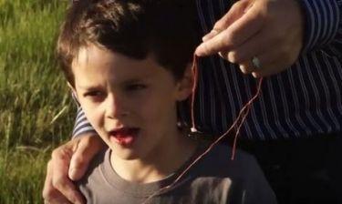Πατέρας τράβηξε το δόντι του παιδιού του-Ούτε που περνάει το μυαλό σας τι χρησιμοποίησε (βίντεο)