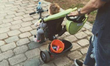 Βόλτα με τη γιαγιά για τη κόρη της... (φωτό)
