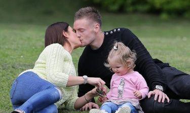 Το τρυφερό φιλί και τα παιχνίδια με την κόρη τους