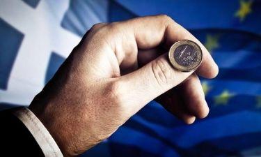 Οι δανειστές βάζουν χέρι και στον κατώτατο μισθό των 586 ευρώ
