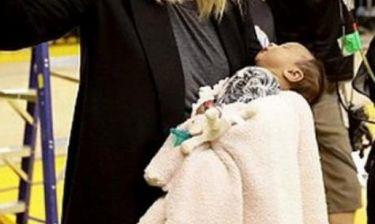 Η γνωστή παρουσιάστρια πήγε στο γήπεδο και πήρε μαζί και τη νεογέννητη κόρη της