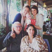 Ο Κώστας Βουτσάς με τις κόρες του και το εγγόνι του λίγο πριν έρθει στη ζωή και ο γιος του