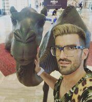 Ποιος τραγουδιστής ποζάρει με … καμήλα;