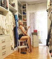 Κατερίνα Καινούργιου: Με καυτό σορτσάκι στο dressing room του σπιτιού της!