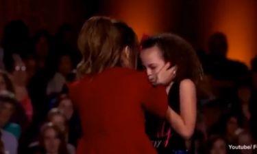 Κριτής σε διαγωνισμό ταλέντων αγκάλιασε τόσο σφιχτά διαγωνιζόμενη που έκανε εμετό