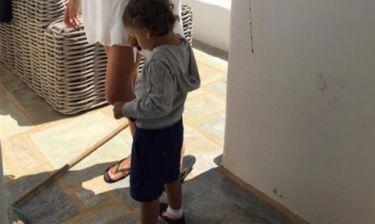Στην Πάρο με τον γιο της η... (φωτό)