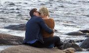 Χωρίσανε, την είδε να φιλιέται με άλλον και…