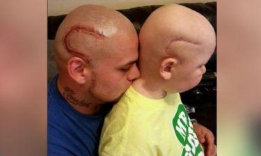 Η φωτογραφία της ημέρας: Μπαμπάς και γιος παλεύουν μαζί ενάντια στον καρκίνο