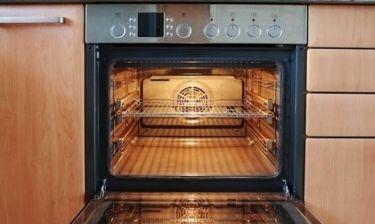 Πώς να καθαρίσετε γρήγορα και αποτελεσματικά τη σχάρα του φούρνου