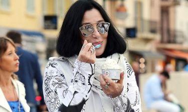 Σερ: Έγραφαν πως είναι ετοιμοθάνατη και τους διέψευσε κάνοντας βόλτες και τρώγοντας παγωτό