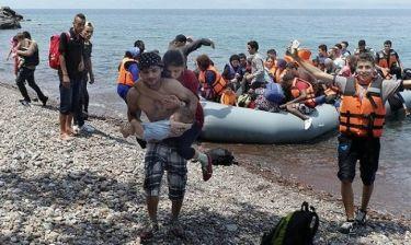 Πρόσφυγας κουβαλά στην πλάτη την τυφλή γυναίκα του και στην αγκαλιά το μωρό τους