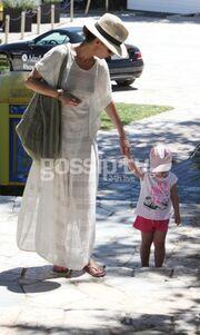 Σικ ακόμη και στη παραλία με τα παιδιά η Μπέττυ Μαγγίρα