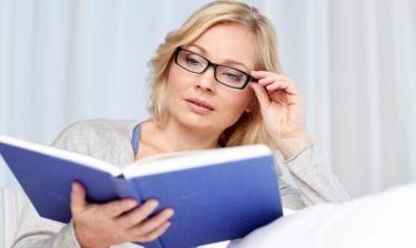 Πρεσβυωπία: Γιατί οι γυναίκες χρειάζονται γυαλιά νωρίτερα από τους άνδρες;