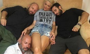Φαίη Σκορδά: Αποκοιμήθηκε στον καναπέ με τους συνεργάτες