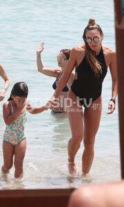 Η Ελένη Πετρουλάκη και τα κορίτσια (της) στον ήλιο