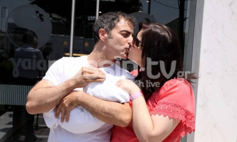 Νεκτάριος Σφυράκης-Στέλλα Φιλίππου: Η έξοδος από το μαιευτήριο με τον γιο τους και το φιλί στο στόμα