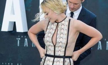Ξεκουμπώθηκε το φόρεμά της μπροστά στους φωτογράφους!