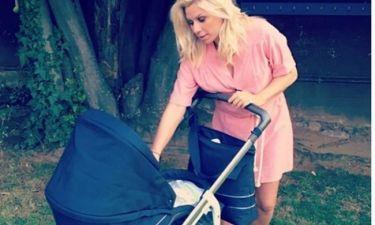 Κατερίνα Καραβάτου: H πρώτη βόλτα με το νεογέννητο γιο της σε γενέθλια (φωτό)