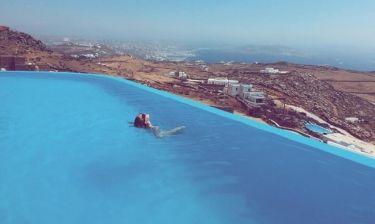 Kαλεσμένη της Barros, δημοσίευσε ολόγυμνη φωτογραφία της από τη Μύκονο στο Instagram