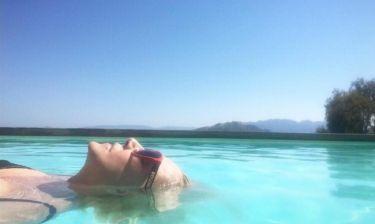 Ρούλα Κορομηλά: Χαλαρώνει στην πισίνα