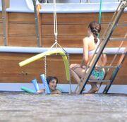 Ζευγάρι ηθοποιών γυρίζει τα νησιά με το σκάφος του. Αρετουσάριστες φωτό