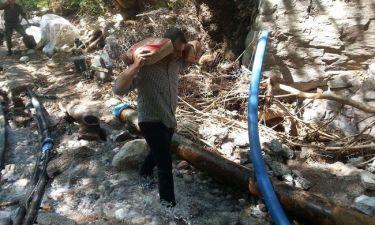 Ο Γκλέτσος βάζει πλάτη και κουβαλάει αντλίες για υδροδότηση