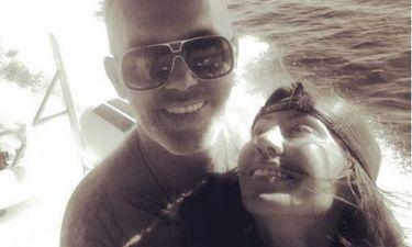 Στέλιος Ρόκκος: Αγκαλιά με το κορίτσι του αλωνίζουν τη θάλασσα