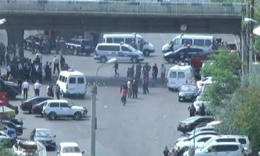 «Θρίλερ» στην Αρμενία: Ένοπλοι κρατούν ομήρους σε αστυνομικό τμήμα - Νεκροί και τραυματίες