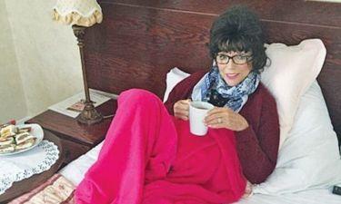 Η Αλέξις της «Δυναστείας» φοράει περούκα και πίνει τσάι στο κρεβάτι