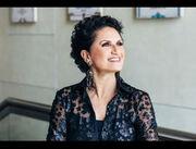 Και όμως! Είναι Ελληνίδα τραγουδίστρια, ετών… 62 και έχει αυτό το κορμί!